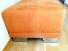 **Schicke, moderne Sitzbank mit Chromfüssen und Orange bezogen. Fast Neu