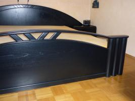 Foto 2 Schickes, schwarzes Doppelbett mit Nachtkästen – Holz - Maserung, Liegefläche 200 x 200 cm