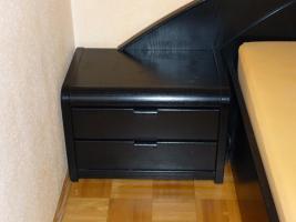 Foto 3 Schickes, schwarzes Doppelbett mit Nachtkästen – Holz - Maserung, Liegefläche 200 x 200 cm