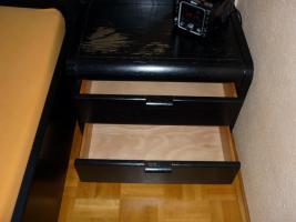 Foto 7 Schickes, schwarzes Doppelbett mit Nachtkästen – Holz - Maserung, Liegefläche 200 x 200 cm