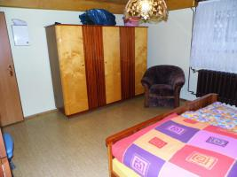 Schlafzimmer: Doppelbett mit Kleiderschrank & 2 Nachtschränkchen, Vollholz