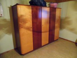 Foto 3 Schlafzimmer: Doppelbett mit Kleiderschrank & 2 Nachtschränkchen, Vollholz