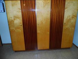 Foto 4 Schlafzimmer: Doppelbett mit Kleiderschrank & 2 Nachtschränkchen, Vollholz