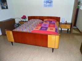 Foto 5 Schlafzimmer: Doppelbett mit Kleiderschrank & 2 Nachtschränkchen, Vollholz