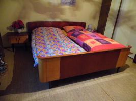 Foto 6 Schlafzimmer: Doppelbett mit Kleiderschrank & 2 Nachtschränkchen, Vollholz