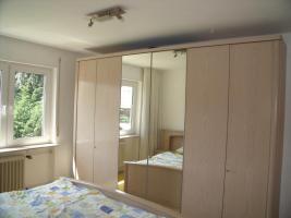 Schlafzimmer: Doppelbett mit Rost, Nachttischen und Schrank mit 6 Türen