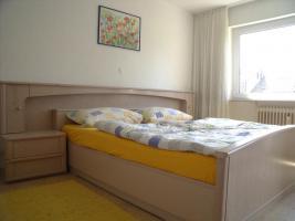 Foto 2 Schlafzimmer: Doppelbett mit Rost, Nachttischen und Schrank mit 6 Türen