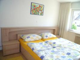 Foto 3 Schlafzimmer: Doppelbett mit Rost, Nachttischen und Schrank mit 6 Türen