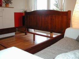 Schlafzimmer (Farbe: Wenge) mit Nachtschränkchen und Lattenrost und Regal