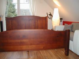 Foto 2 Schlafzimmer (Farbe: Wenge) mit Nachtschränkchen und Lattenrost und Regal