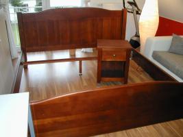 Foto 3 Schlafzimmer (Farbe: Wenge) mit Nachtschränkchen und Lattenrost und Regal