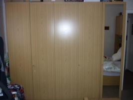 Schlafzimmer mit Lattenrost