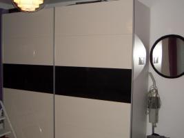 Schlafzimmerschrank weiß/schwarz