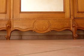 Foto 3 Schmuckvoller Schrank aus Eichenholz