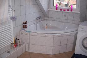 Foto 2 Sch�ne 2 Zimmer Wohnung, Bad mit Eckbadewanne ab sofort zu vermieten
