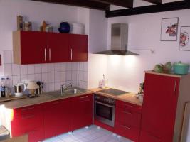 Schöne Küchenzeile Buche hell mit roten Fronten