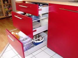 Foto 3 Sch�ne K�chenzeile Buche hell mit roten Fronten
