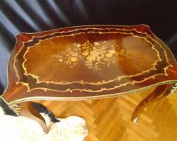 Schöne dekorative Messing eingelegten Tisch