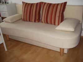Schöne, helle 2-Sitzer Couch günstig abzugeben