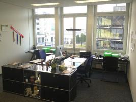 Schöner Büroraum mit vielen Extras