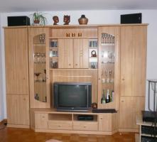 Schöner Wohnzimmerschrank mit Couchtisch