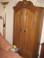 Sch�ner alter massiver Holzschrank