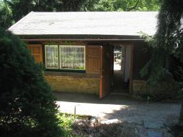 Blick auf den Eingang des Gartenhauses