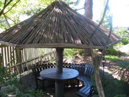 überdachte Sitzecke im Pflanzenbereich