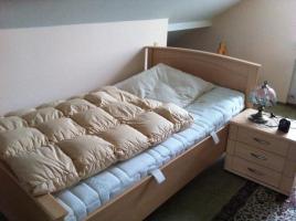 Foto 3 Schränke, Bett, Lampen, Teppiche, Gläser, Kühlschrank, Mikrowelle