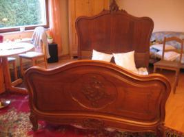 Foto 2 Schrank und Bett massiv Eiche 1850-1870, Wanduhr m.Pendel