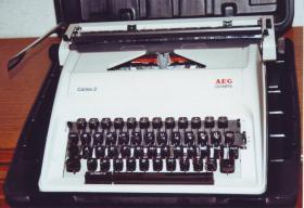 Schreibmaschine AEG Olympia ''Carina 2'' im Hartschalenkoffer
