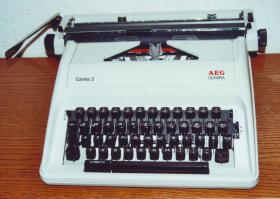 Foto 2 Schreibmaschine AEG Olympia ''Carina 2'' im Hartschalenkoffer