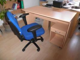 Schreibtisch mit Stuhl, Schlafsofa, Röhrenfernsehr, Kleiderschrank