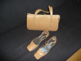 Schuhe mit passender Handtasche