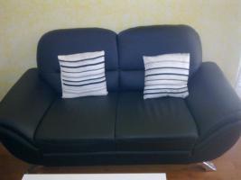 Schwarze Leder Couch mit modernem Couchtisch