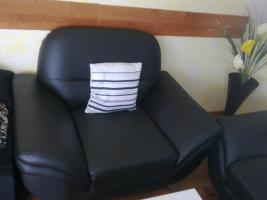 Foto 2 Schwarze Leder Couch mit modernem Couchtisch