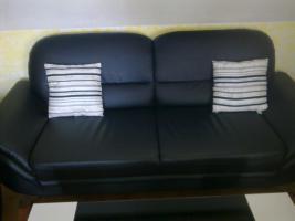 Foto 3 Schwarze Leder Couch mit modernem Couchtisch