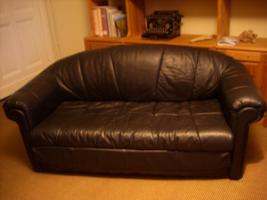 Schwarze Ledercouch, 2-Sitzer, ausklappbar zum Schlafsofa