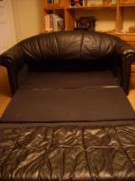 Foto 2 Schwarze Ledercouch, 2-Sitzer, ausklappbar zum Schlafsofa