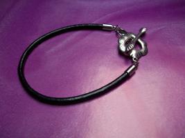 Schwarzes Beads & Charms Lederarmband