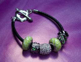 Schwarzes Beads & Charms Lederarmband im edlen Design