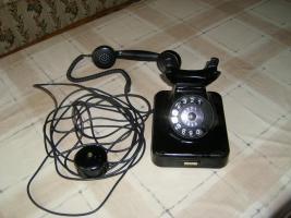Schwarzes Telefon mit Querliegendem Hörer