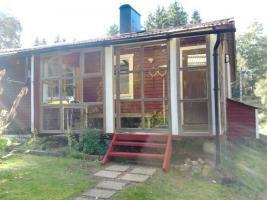 schweden kleines rotes ferienhaus im wald an kleinem see. Black Bedroom Furniture Sets. Home Design Ideas