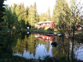 schweden kleines rotes ferienhaus im wald an kleinem see zu verkaufen in vretstorp. Black Bedroom Furniture Sets. Home Design Ideas