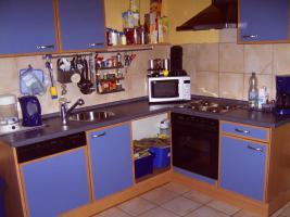 Sehr gepflegte blaue Küche mit 1-A-Elektrogeräten
