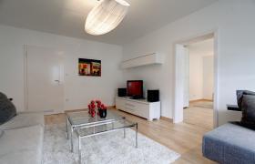 Sehr schöne möblierte 3-Zimmer Wohnung , mit sehr schöner großer Wohnküche und Balkon.