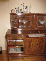 Foto 3 Servierschrank mit weiser Marmorplatte und Glasvitrine