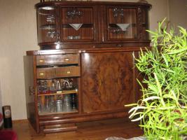 Foto 4 Servierschrank mit weiser Marmorplatte und Glasvitrine