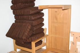 Sitzecke mit Beistelltisch und großem Tisch abzugeben