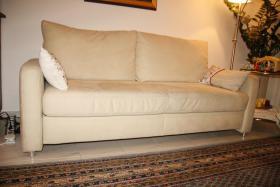 Foto 2 Sofa Couch Schlafsofa Schlafcouch creme beige sehr gut erhalten neuwertig mit 2 Kissen